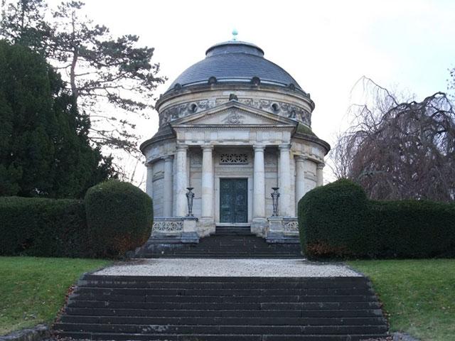 Blick auf das Mausoleum von Carstanjen