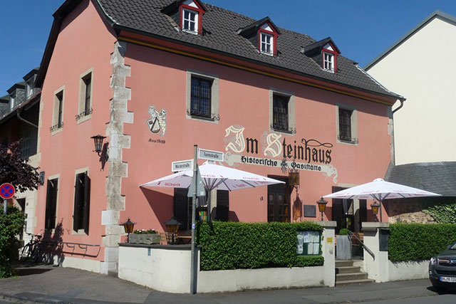 """Blick auf die historische Gaststätte """"Im Steinhaus"""""""