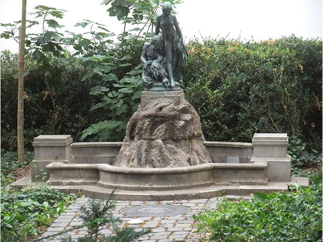 """Blick auf den Brunnen """"Faun und Nymphe"""""""